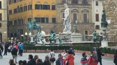 több színű : Florence, Italy - November 2017: many tourists visiting attractions in the square at the Palazzo Vecchio in Florence