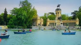 palácio : Madrid, Spain - April 2018: Tourists and townspeople rest and swim in boats. Park Buen Retiro - city park in the center of Madrid Stock Footage