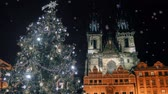 interessante : Christmas tree near the Tyn Church in Prague Vídeos