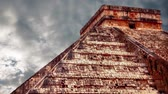 chichen : Chichen Itza Maya, Kukulkan Pyramid in Mexico Stock Footage