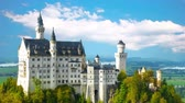 roi : The magnificent Neuschwanstein castle in southern Germany Vidéos Libres De Droits