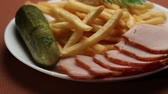 hranolky : french fries meat pickles
