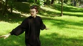 quimono : Training in the park. Man practicing elements of tai chi. Slow motion. HD Vídeos