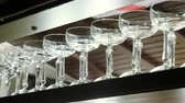 nealkoholické : Empty clean glasses for drinks standing on the bar counter in the restaurant. 4K Dostupné videozáznamy