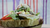 majonéz : Close-up shot of an open sandwich with wheat bread, chicken meat, iceberg lettuce, vegetables and egg. 4K