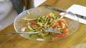 forchetta : Close-up shot of fresh salad with sliced cucumber, red pepper, tomato, shrimp, cabbage, lettuce at restaurant. 4K
