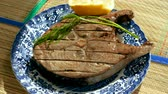 petrole : Close-up shot of delicious tuna fish grilled on barbeque grill, lying on the plate. 4K Vidéos Libres De Droits