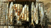 uskumru : Mackerel, perch, sea bass, dorado, mullet, tuna. Top view of fish grilled over charcoal. 4K Stok Video
