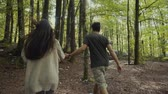 casais : Young couple walking in the woods
