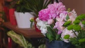frezja : Close up florist making a bouquet of Peones Wideo