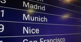 munique : Digital flight schedule as seen in busy airport with changing to diverse airports from all over the worlds