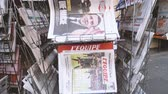 manchete : PARIS, FRANCE - APRIL 24: Pan over International newspapers at press kiosk with newspaper and pictures of French Presidential election candidates, Emmanuel Macron, Marine Le Pen a day after first round of French Presidential election on April 23, 2017