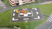 zdravotník : PARIS, FRANCE - CIRCA 2017: Medvac helicopter landing on the hospital area transporting patient from accident to the urgency team at the hospital - view from above - 4k