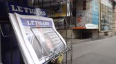 kurtuluş : PARIS, FRANCE - JUN 12, 2017: French press kiosk  French newspaper Liberation with portrait of Emmanuel Macron after French legislative election, 2017 Stok Video