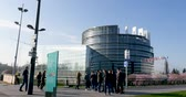 unie : STRASBOURG, FRANCE - CIRCA 2017: Group of young people tourists visiting the headquarter of the European Parliament in Strasbourg, Alsace Dostupné videozáznamy