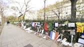 razzia : PARIS, FRANCE - JAN 2016 Flowers and posters - Paris peace sign and people paying tribute - the scene of Attacks in the 2015 in Paris, France  near the Bataclan theatre Stock mozgókép