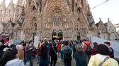 kuruluş : BARCELONA, SPAIN - CIRCA 2017: International group of tourists admiring the Sagrada Familia Church built by Antoni Gaudi - taking photos selfies with the magnificent religious architecture Stok Video