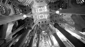 lépcsőház : BARCELONA, SPAIN - CIRCA 2017 Majestic roof interior of Sagrada Familia Church built by Antoni Gaudi religious architecture - black and white