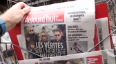 coluna : PARIS, FRANCE - MAR 15, 2018: French Aujourdhui magazine with portrait of French singer Johnny Hallyday during the money dispute scandal