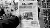 físico : PARIS, FRANCE - MAR 15, 2018: Black and white slow motion male hand holding Spanish El Pais newspaper with portrait of Stephen Hawking the English theoretical physicist, cosmologist dead on 14 March 2018 outdoor press kiosk Vídeos