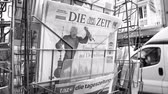 cikk : PARIS, FRANCE - CIRCA 2018: Press kiosk stand with Die Zeit German newspaper with caricature of Donald Trump and text Trump Attacks Germany