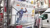 morrer : PARIS, FRANCE - CIRCA 2018: Press kiosk stand with Die Zeit German newspaper with caricature of Donald Trump and text Trump Attacks Germany