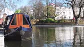 Венеция : Little Venice canal neighborhood in central London with luxury home boat on the calm waters on a sunny day. It is a Central London Narrowboat in picturesque and calm area