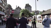 harry : WINDSOR, UNITED KINGDOM - MAY 19, 2018: Met Tourists taking photo of Windsor Castle at royal wedding marriage celebration of Prince Harry, and Meghan Markle - police surveillance-