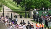 principe : WINDSOR, REGNO UNITO - 19 MAGGIO 2018: La folla che saluta accoglie le nozze reali davanti al castello di Windsor come principe Harry del Galles e la sig.ra Meghan Markle si avvicina al cancello Filmati Stock