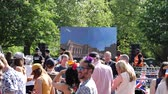 princ : WINDSOR, UNITED KINGDOM - MAY 19, 2018: People watching the Windsor Castle and Royal Wedding on a big large screen in Long Road park in Windsor during Prince Harry and Meghan Markle wedding - live broadcast