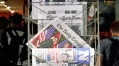morrer : PARIS, FRANCE - JUNE 13, 2018: Pedestrians in front of international press on stand newspaper at kiosk showing on cover  U.S. President Donald Trump meeting North Korean leader Kim Jong-un in Singapore -