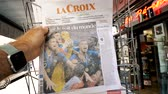 troféu : PARIS, FRANCE - JUL 16, 2018: Man buying La Croix newspaper announcing France champion title after French national football team won their FIFA World Cup 2018 final game on the roof of the world
