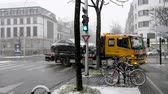спасение : STRASBOURG, FRANCE - MAR 2, 2018: Car accident on French street between luxury limousine Mercedes-Benz and Citroen car on a snowy tempest cold day tow truck transportation Стоковые видеозаписи