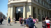 fabricante : BARCELONA, SPAIN - CIRCA 2018: Iconic Apple Store in central Barcelona with hundreds of people walking in slow motion on busy Passeig de Gracia on a warm summer day