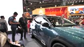 дилер : PARIS, FRANCE - OCT 4, 2018: Customers curious people admiring new blue luxury SUV Citroen C5 Aircross at International car exhibition Mondial Paris Motor Show,