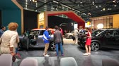 방문객 : PARIS, FRANCE - OCT 4, 2018: Customers curious people admiring Citroen French car maker stand at International car exhibition Mondial Paris Motor Show,