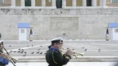 türbe : ATHENS, GREECE- CIRCA 2018: Traditional Greek music performed by military orchestra marching in front of honor Evzones guard in front of Tomb of the Unknown Soldier at the Parliament Building in Syntagma Square Stok Video