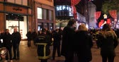 交通警官 : STRASBOURG, FRANCE - DEC 14, 2018: Handheld video walking through crowd in city center of Strasbourg three days after terrorist attack