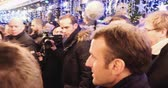 encourager : STRASBOURG, FRANCE - DEC 14, 2018: Handheld footage of smiling French President Emmanuel Macron shakes hands with members of a crowd at Christmas Market after paying tribute for victims of terrorist attack on 11 December Vidéos Libres De Droits
