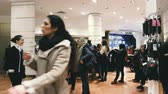 wachtrij : PARIS, FRANCE - CIRCA 2019: Customers waiting in queue inside Galeries Lafayette buying clothes and other fashion accessories such as perfumes, accessories and gifts