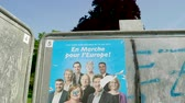 çatışma : Strasbourg, France - May 23, 2019: Tilt down to posters in green sunny park for 2019 European Parliament election featuring French En Marche Ue Renaissance