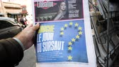 точка зрения : Strasbourg, France - May 25, 2019: Man hand POV reading at press kiosk newspaper featuring 2019 European Parliament election predictions a day before the vote Left wing a surprise title Стоковые видеозаписи