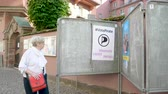 eleição : Strasbourg, France - May 27, 2019: French school entrance with all candidates campaign posters to 2019 European Parliament election - people walking to polling station Bureau de vote - Vote Pirate party Vídeos