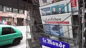 точка зрения : Strasbourg, France - May 27, 2019: City scene with newspaper stand featuring breaking news Les Echos newspaper front page with tile Macron limits the damage -  street press kiosk newsstand with the results of 2019 European Parliament election