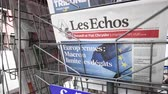 medios de comunicacion masiva : Strasbourg, France - May 27, 2019: City scene with newspaper stand featuring breaking news Les Echos newspaper front page with tile Macron limits the damage -  street press kiosk newsstand with the results of 2019 European Parliament election