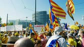 eleição : Strasbourg, France - Jul 2 2019: LLIBERTAT Presos Politics and Estelada Catalan separatist flags crowd at protest front of EU European Parliament against exclusion of three Catalan elected MEPs
