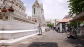 porcelana : Tourist lie down on ground to make picture of Wat Arun temple, Bangkok