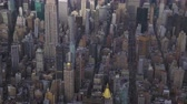 tiro : New York City in Summer Day. Midtown Cityscape of Manhattan. United States. Aerial View. Medium Reveal Shot. Camera Tilts Up
