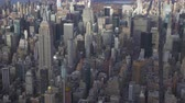 közép amerika : New York City in Summer Sunny Day. Midtown Cityscape of Manhattan. United States. Aerial View. Medium Shot. Camera Tilts Down