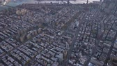 buurt : Cityscape of Lower Manhattan Neighborhood. Aerial View. Reveal Shot, Camera Tilts Up. New York City. United States of America